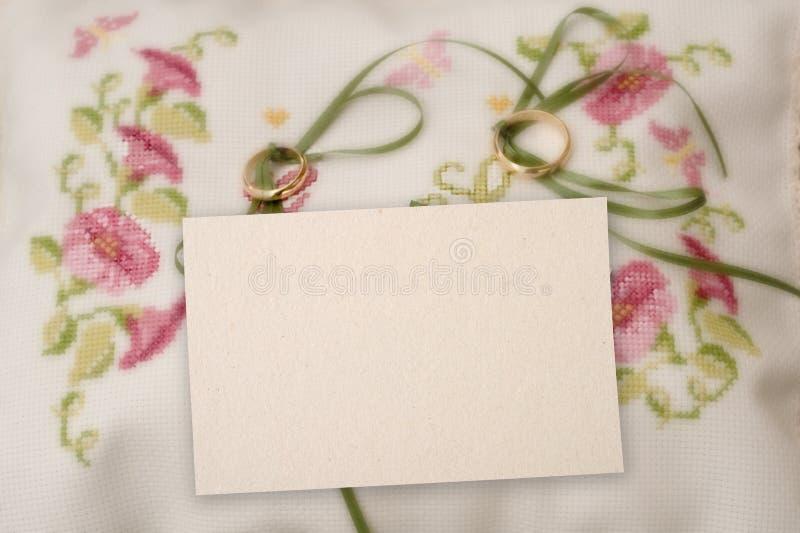 Een lege kaart met trouwring. royalty-vrije stock foto's