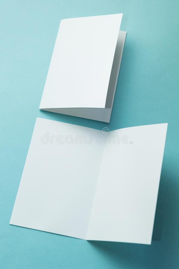 Een lege kaart van de uitnodigingsgroet, een brochure die op een turkoois wordt ge?soleerd, uw ontwerp te vervangen verticaal royalty-vrije stock afbeeldingen