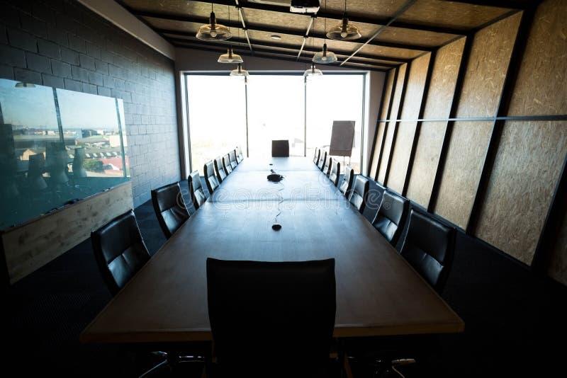Een lege moderne conferentieruimte en een conferentielijst in bureau royalty-vrije stock foto