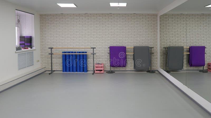 Een lege moderne zaal voor dansklassen of geschiktheidsstudio stock fotografie