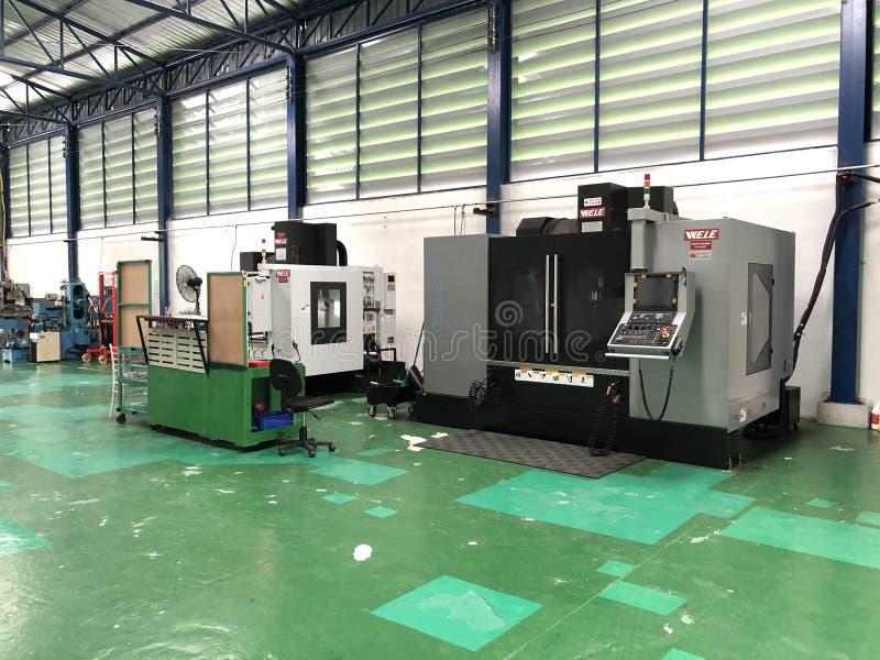 Een lege ruimte van de binnenlandse workshop met CNC machine stock fotografie
