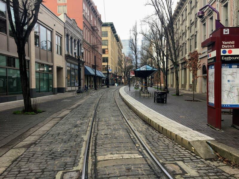 Een lege straat in het centrum die recht door de trolleysporen kijkt, op een rustige winterdag in Portland, Oregon, Verenigde Sta royalty-vrije stock foto