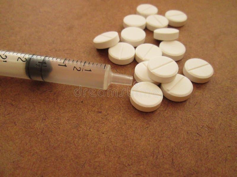 Een Lege Syring met Tabletten royalty-vrije stock foto's