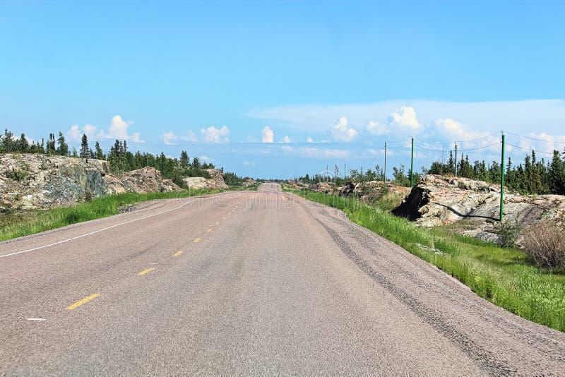 Een lege weg door het rotsachtige Canadese Schild royalty-vrije stock foto