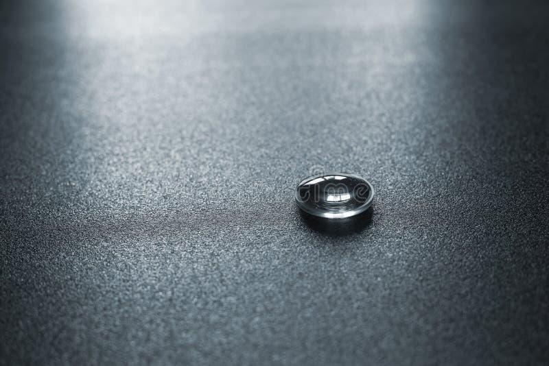 Een lens van de virtuele hoofdtelefoon van het werkelijkheidsapparaat op grijze oppervlakte, dramatisch licht royalty-vrije stock foto