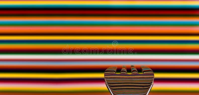 Een lepel tegen een hoogst gekleurde achtergrond, met de achtergrond stock foto