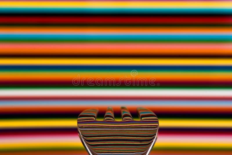 Een lepel tegen een hoogst gekleurde achtergrond, met de achtergrond royalty-vrije stock fotografie
