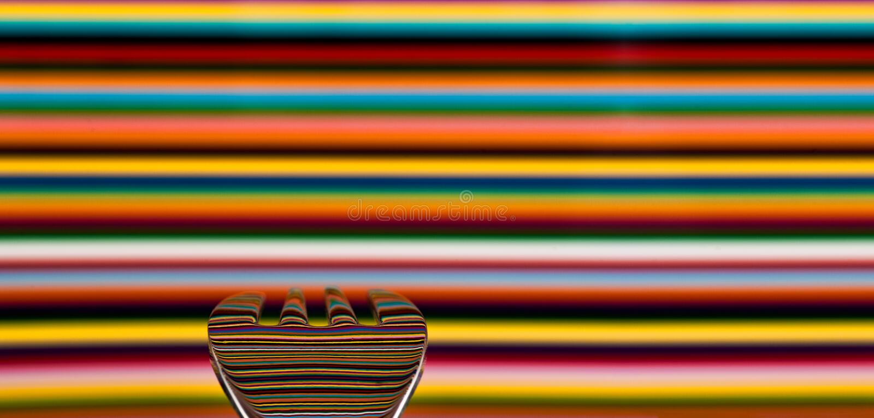 Een lepel tegen een hoogst gekleurde achtergrond, met de achtergrond stock foto's