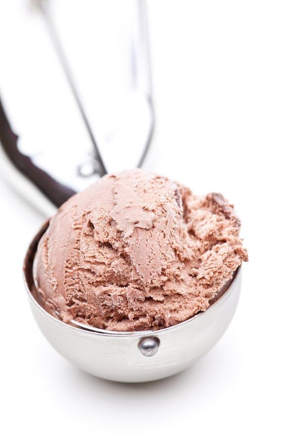 Een lepel van chocoladeroomijs op witte achtergrond wordt geïsoleerd die royalty-vrije stock foto's