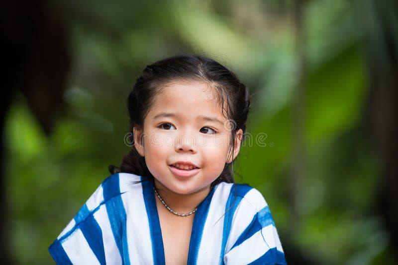 Een leuk Aziatisch meisjesportret met zoet glimlachgezicht stock afbeeldingen