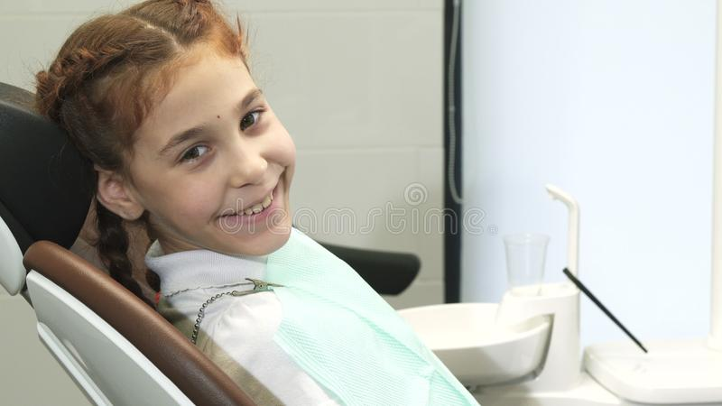 Een leuk meisje bekijkt de camera en glimlacht royalty-vrije stock foto