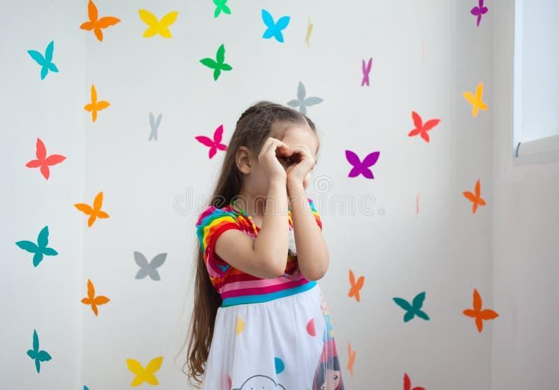 Een leuk meisje in een speelkamer stock afbeelding