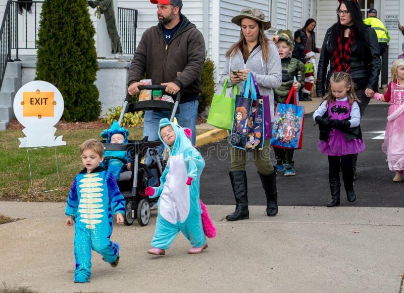 Een leuk meisje in kostuumstutten haar materiaal als haar familie viert tijdens een Halloween-gebeurtenis royalty-vrije stock afbeeldingen