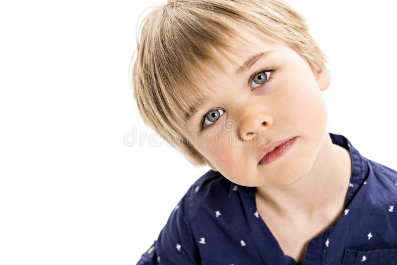 Een leuk oud portret van vijf jaar van de jongensstudio op witte achtergrond stock foto's