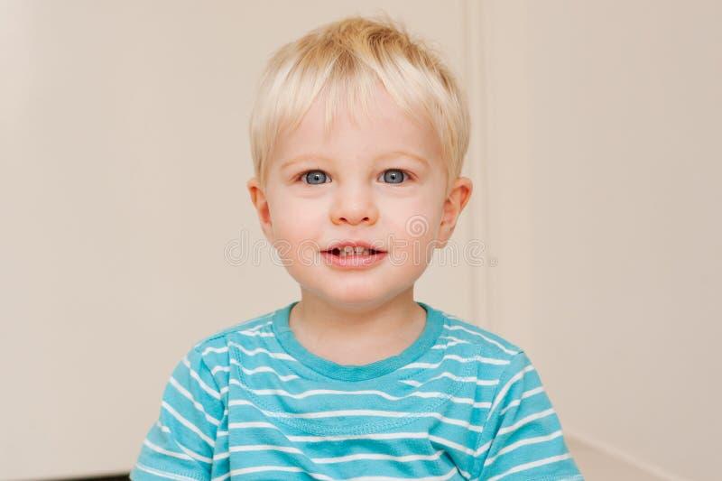 Een leuke kleine blauwe eyed jongen stock foto's