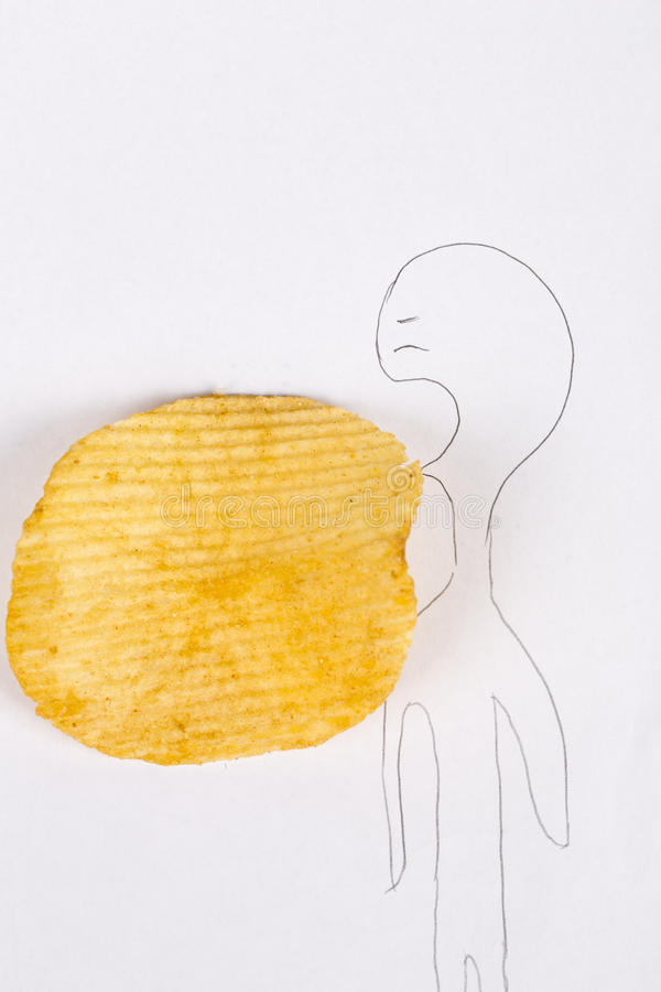 Een leuke kleine kerel wil chips eten royalty-vrije stock afbeeldingen
