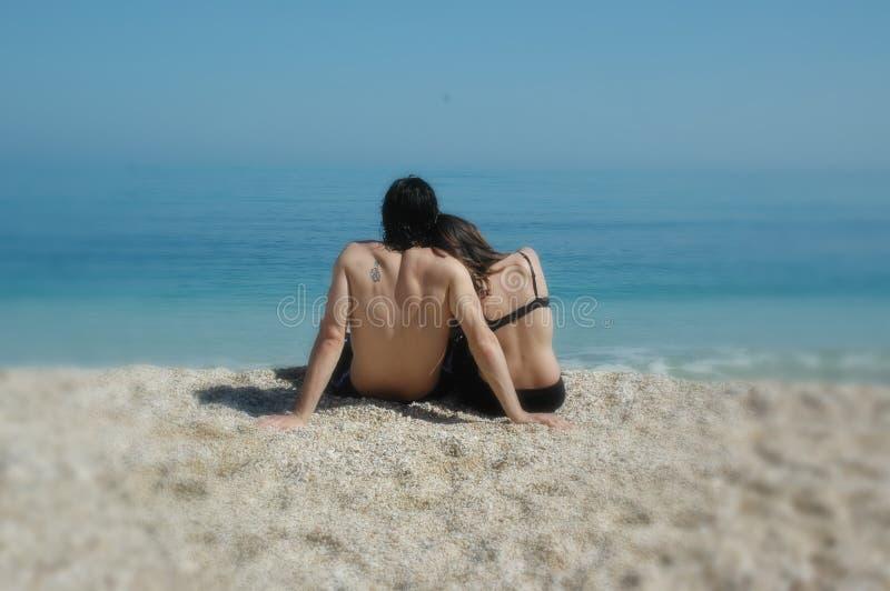 Een leuke paarknuffels op een Italiaans strand royalty-vrije stock foto's