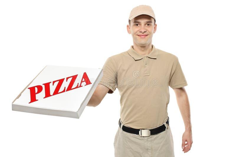 Een leveringsjongen die een doos van de kartonpizza brengt stock fotografie