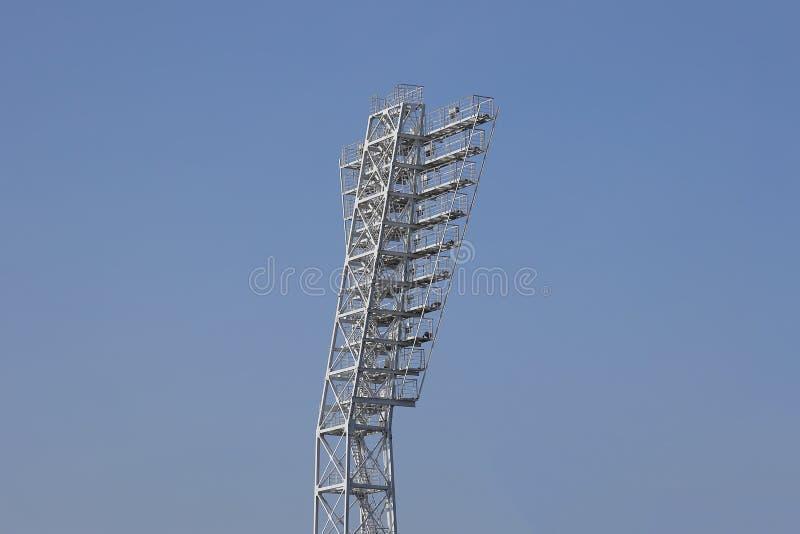 Een lichte pijler met de schijnwerpers bij het stadion stock foto