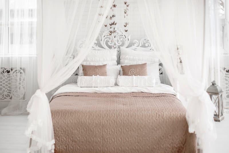 Een Lichte Slaapkamer Met Wit Bed Bruin Linnen Stock Foto ...