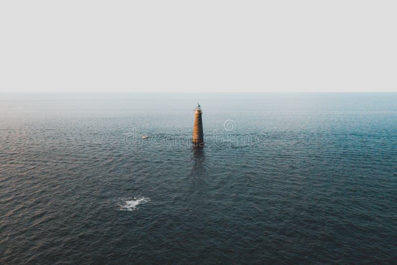 Een lichte toren in het midden van het overzees royalty-vrije stock fotografie