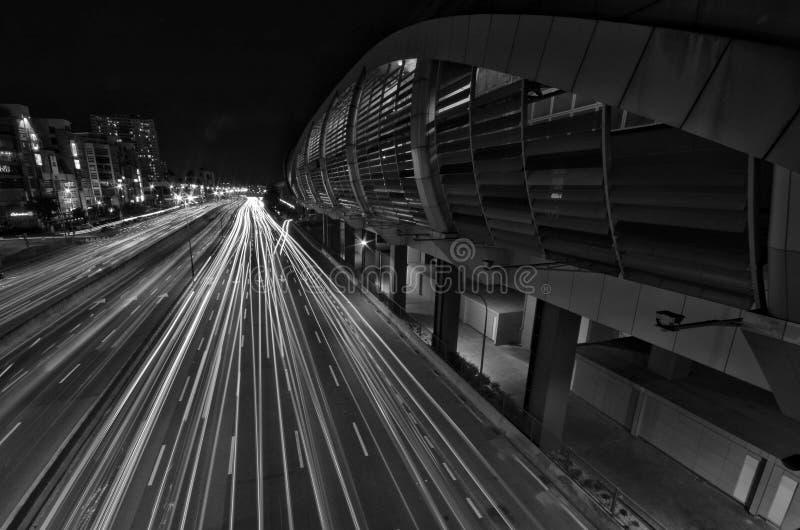 Een lichtspoor van IOI Puchong Jaya LRT Station in puchong Selangor Maleisië royalty-vrije stock afbeeldingen