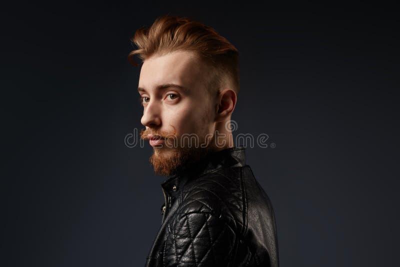 Een lid die van popgroep zijn zwart jasje tonen royalty-vrije stock afbeelding