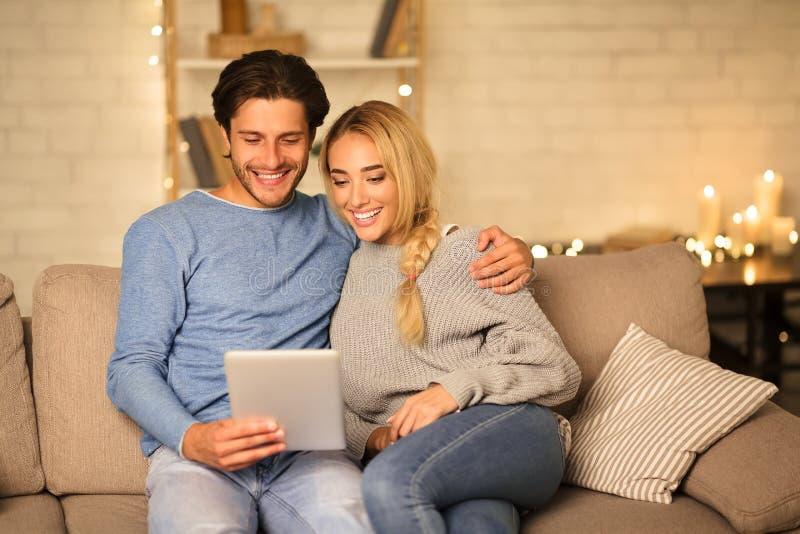 Een liefhebbend paar met een tablet, met videogesprek op een luie avond royalty-vrije stock foto