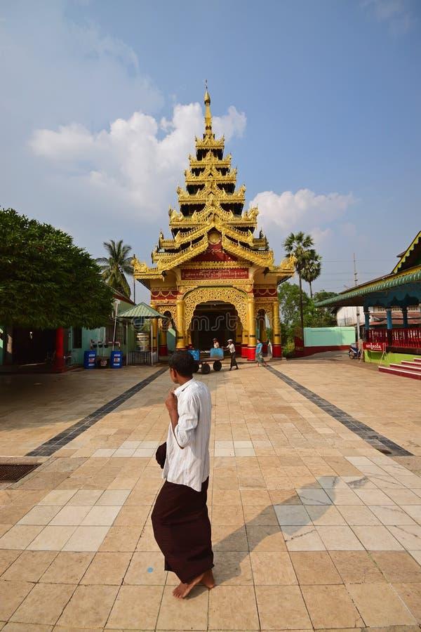 Een liefhebber die door het huis van verering in Shwemawdaw-Pagode in Bago, Myanmar overgaan te bekijken royalty-vrije stock foto's