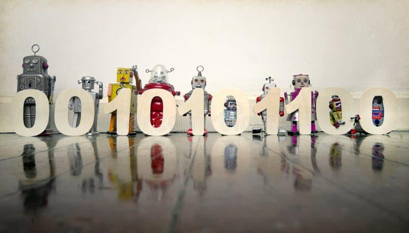 Een lijn van retro bots op een houten vloer met 0, s en 1, s-binair getal stock foto's