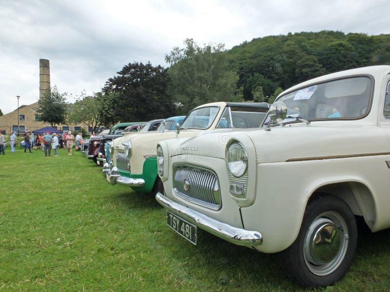 Een lijn van witte klassieke auto's en de mensen in het park en de mensen bij hebden brug communautair jaarlijks uitstekend weeke stock afbeeldingen