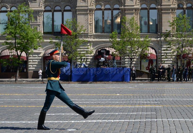 Een lijnmilitair tijdens de parade wijdde aan Overwinning in de Grote Patriottische Oorlog op Rood Vierkant toe stock fotografie