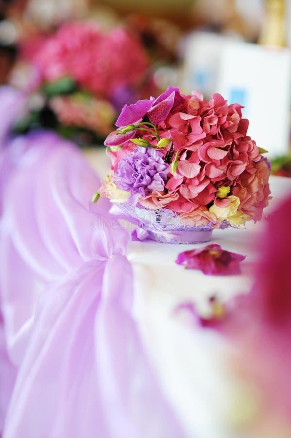 Een lijst die met purpere bloemen wordt verfraaid royalty-vrije stock foto
