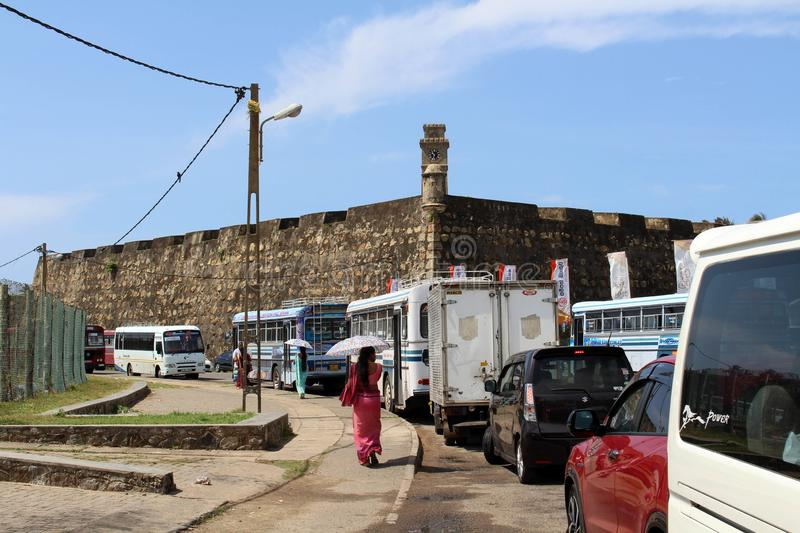 Een lokale Sinhalese dame die rond Galle-Fort lopen stock foto's