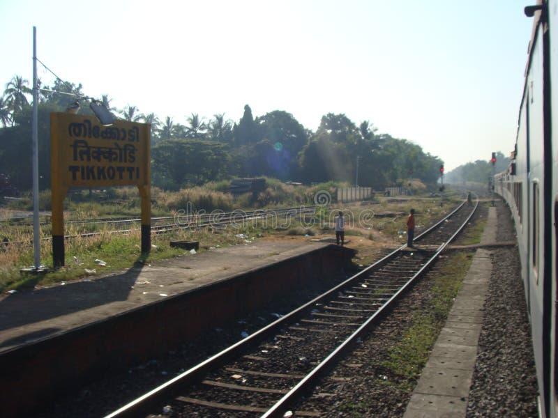 Een lopende spoorweglange-afstandstrein stock fotografie