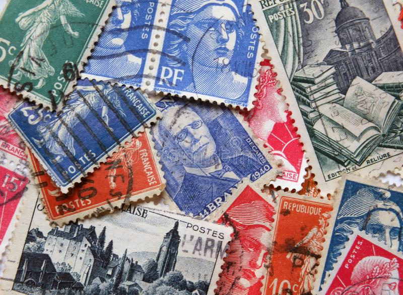 Een los assortiment van oude Franse postzegels vormt de jaren '50 en 6os met diverse verschillende desi stock foto