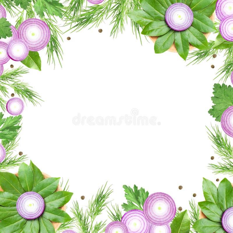 Een luchtfoto van gesneden purpere die ui, peperbollen, dille, peterselie en baaibladeren zoals een bloem op wit wordt geïsoleerd stock illustratie