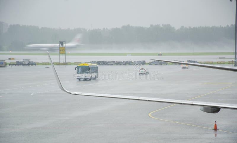 Een luchthaven in een stortbui stock afbeeldingen