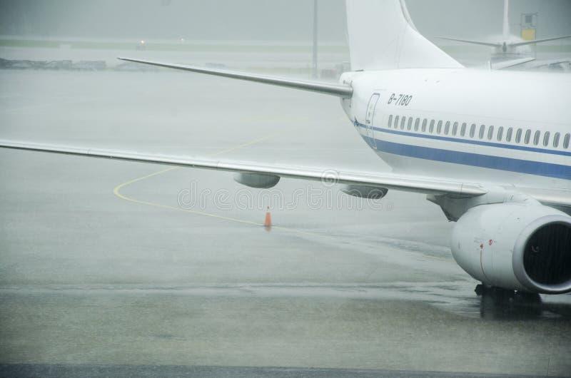 Een luchthaven in een stortbui royalty-vrije stock fotografie