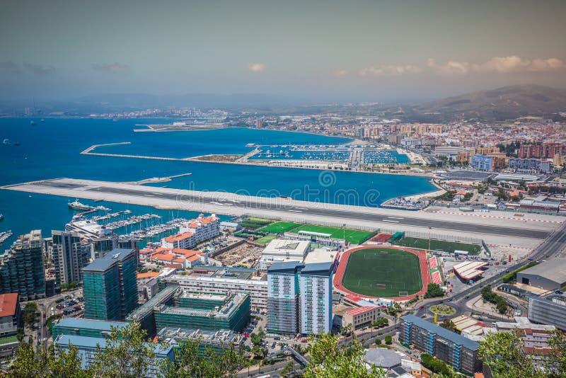 Een luchtmening van Gibraltar, zijn jachthaven en Mediterraan Se stock foto