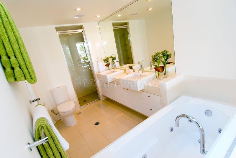Een luxe moderne badkamers stock foto