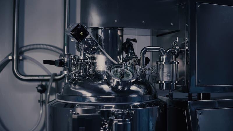 Een machine van de geneeskundeproductie in een modern laboratorium Farmaceutisch productiemateriaal farmaceutisch royalty-vrije stock afbeelding