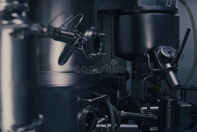 Een machine van de geneeskundeproductie in een modern laboratorium Farmaceutisch productiemateriaal farmaceutisch royalty-vrije stock afbeeldingen