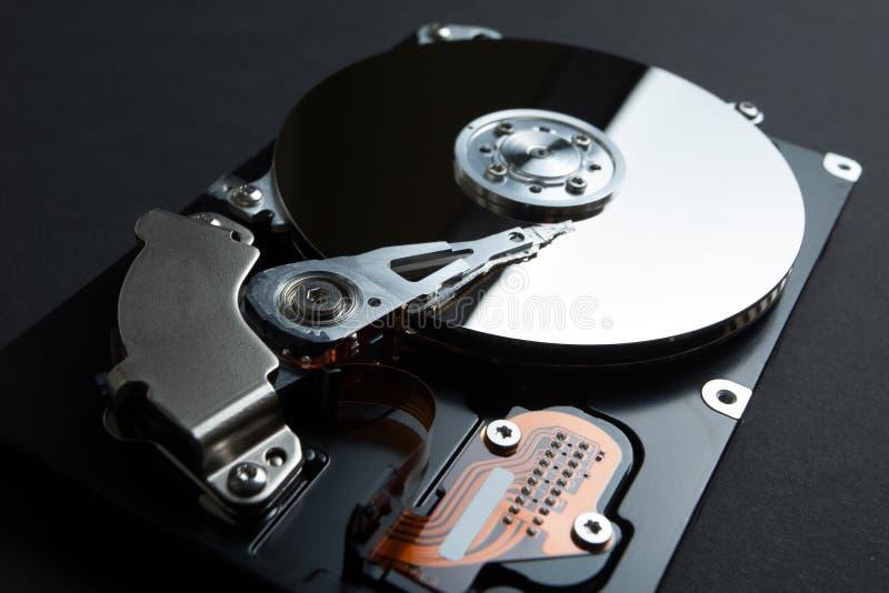 Een magnetische schijf voor het opslaan van gegevens over de harde schijf op een zwarte achtergrond stock foto