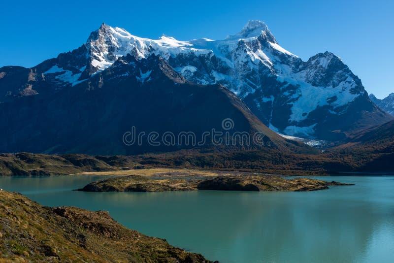 Een majestueus meer in Patagonië met bergketen op de achtergrond, Torres del Paine, Nationaal Park, Chili stock foto's