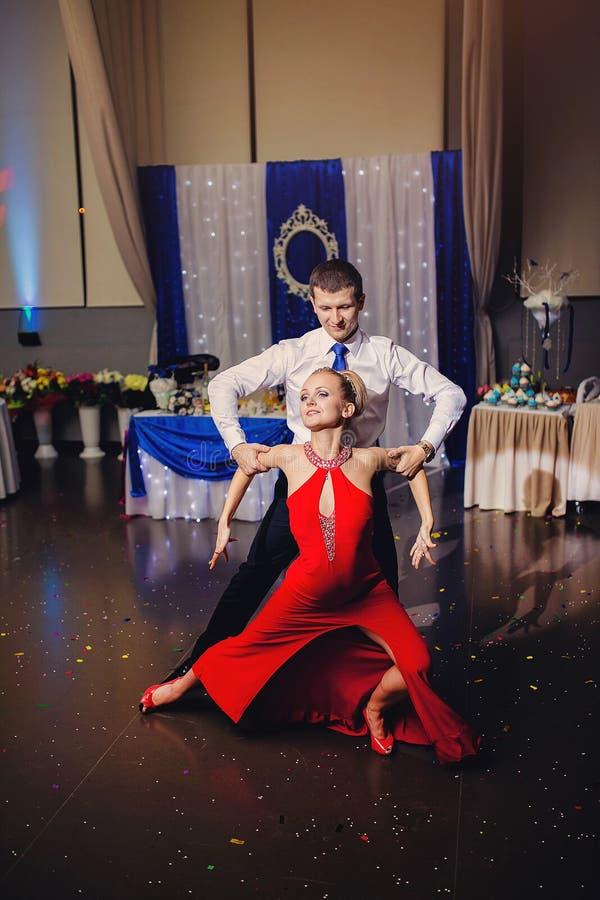 Een man en een vrouw het dansen Argentijnse tango royalty-vrije stock afbeeldingen