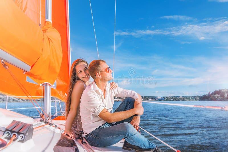 Een man en een vrouw brengen samen tijd aan een jacht door royalty-vrije stock afbeeldingen