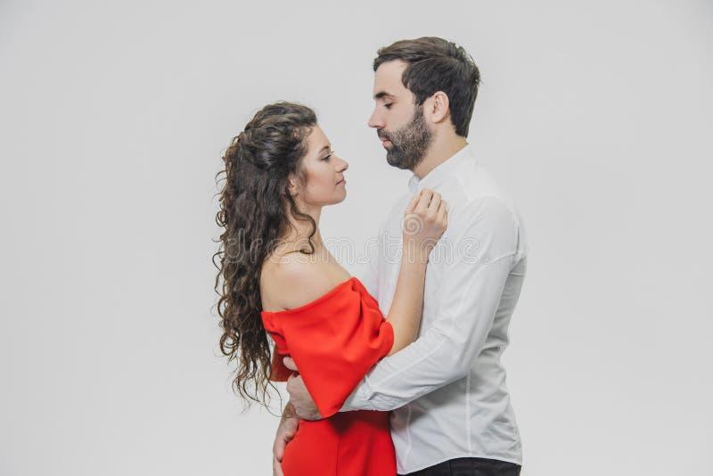 Een man en een vrouw met lang haar, ondersteunend elkaar met liefde De dag van de valentijnskaart `s Een vrouw kleedde zich in ee royalty-vrije stock foto's