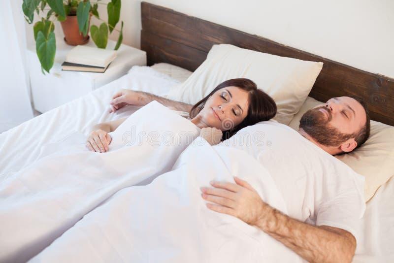 Een man en een vrouw ontwaakten in de ochtend stock afbeelding