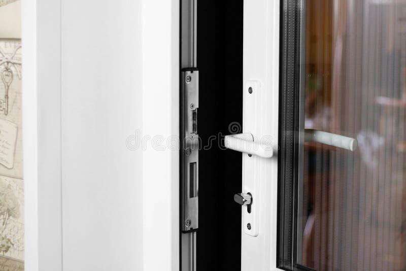 Een man hand opent een witte plastic deur Sluit omhoog royalty-vrije stock afbeeldingen